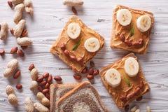 Bocadillos divertidos con mantequilla de cacahuete visión superior horizontal Imagen de archivo libre de regalías