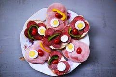 Bocadillos en una tabla la comida fría Foto de archivo