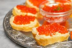 Bocadillos sabrosos con el caviar rojo Imagen de archivo libre de regalías