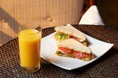 Bocadillos sabrosos con la carne y las verduras, el jugo dulce de naranjas Fotos de archivo libres de regalías