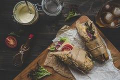 Bocadillos submarinos deliciosos frescos en la tabla de madera top VI Foto de archivo