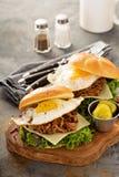 Bocadillos tirados del desayuno del cerdo con el huevo frito Imágenes de archivo libres de regalías
