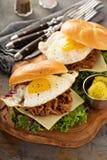 Bocadillos tirados del desayuno del cerdo con el huevo frito Fotografía de archivo libre de regalías