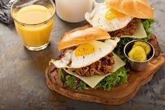 Bocadillos tirados del desayuno del cerdo con el huevo frito Fotografía de archivo