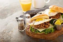 Bocadillos tirados del desayuno del cerdo con el huevo frito Imagen de archivo