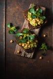 Bocadillos vegetarianos en un soporte de madera Imágenes de archivo libres de regalías