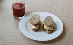 Bocadillos y jugo de tomate Foto de archivo libre de regalías
