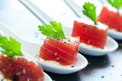 Bocado apetitoso del atún en las cucharas de cerámica Imagen de archivo