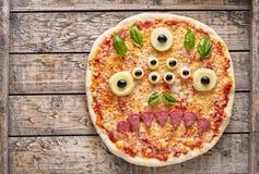 Bocado asustadizo creativo de la pizza de la cara del zombi del monstruo del ojo de la comida de Halloween con la mozzarella Imagen de archivo