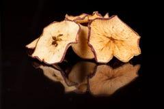 Bocado brillante, curruscante, quebradizo de la manzana madura y dulce en un fondo negro fotos de archivo libres de regalías