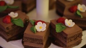 Bocado clasificado mordedura para el banquete de boda Magdalenas Tortas y magdalenas asombrosas de chocolate Magdalena del carame almacen de video