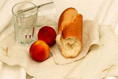 Bocado crujiente del pan y de la fruta Fotografía de archivo