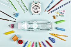 Bocado de la escuela botella de agua, fuentes de escuela De nuevo a concepto de la escuela Opinión de set-top elegante de la ende Foto de archivo libre de regalías