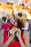 Bocado de la manzana de caramelo Imagen de archivo