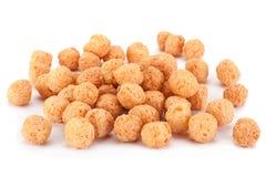 Bocado de las bolas del maíz en blanco foto de archivo