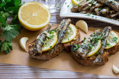 Bocado de los bocadillos con las sardinas Fotos de archivo