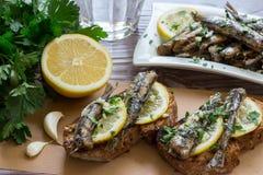 Bocado de los bocadillos con las sardinas Imagenes de archivo