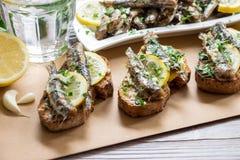 Bocado de los bocadillos con las sardinas Fotografía de archivo