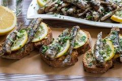 Bocado de los bocadillos con las sardinas Imagen de archivo