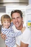 Bocado de And Son Getting del padre del refrigerador imagen de archivo libre de regalías