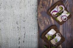 Bocado del pan, de los arenques y de las cebollas de centeno fotografía de archivo libre de regalías