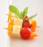 Bocado del queso y del tomate del bebé Imagenes de archivo
