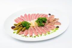 Bocado del restaurante, jamón cortado con las hierbas y pepinos conservados en vinagre Imágenes de archivo libres de regalías