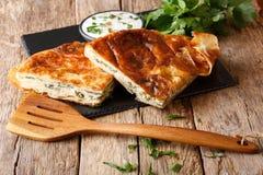 Bocado delicioso: Burek balcánico con el primer de la espinaca y del queso fotografía de archivo libre de regalías
