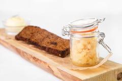 Bocado en los bocadillos delante del plato principal del caviar y del pan encendido Imagen de archivo libre de regalías