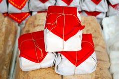 Bocado en packagings rojos Fotos de archivo libres de regalías