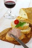 Bocado francés: Pan, coronilla y vidrio franceses del maíz de vino rojo Fotografía de archivo libre de regalías