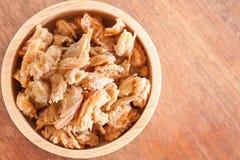 Bocado frito de las barbillas del camarón en cuenco de madera Fotos de archivo libres de regalías