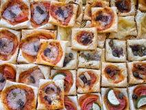 Bocado italiano del hojaldre, mordiscos para el aperitivo imagen de archivo