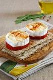 Bocado ligero: colación fría en francés: Queso de cabra y toma calientes Imagenes de archivo