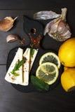 Bocado ligero con el queso suave, los condimentos y las hierbas blancos en estilo rústico fotos de archivo