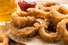 Bocado para la cerveza - anillos de cebolla fritos Foto de archivo