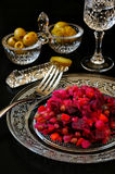 Bocado ruso: aceitunas, pepino conservado en vinagre, verduras de ensalada y gl Fotografía de archivo