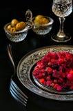 Bocado ruso: aceitunas, pepino, verduras de ensalada y vidrio de v Fotos de archivo libres de regalías