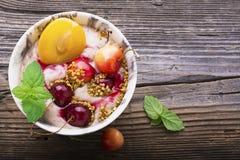 Bocado sano del desayuno Cuenco de mármol de la porción por completo de smoothie de la cereza con el yogur natural, bayas maduras Imagen de archivo libre de regalías