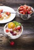 Bocado sano del desayuno Cuenco de mármol de la porción por completo de smoothie de la cereza con el yogur natural, bayas maduras Imagen de archivo