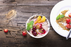Bocado sano del desayuno Cuenco de mármol de la porción por completo de smoothie de la cereza con el yogur natural, bayas maduras Imágenes de archivo libres de regalías