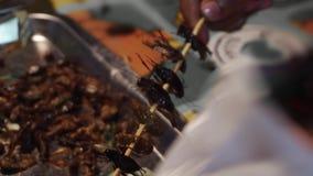 Bocado tailandés tradicional auténtico de los insectos en el mercado asiático de la noche de la calle en venta cocina de Tailandi metrajes