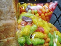 Bocado y pan curruscantes coloridos en bolsos transparentes imagen de archivo libre de regalías