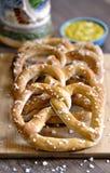 Bocados bávaros tradicionales del pretzel con la mostaza Fotografía de archivo libre de regalías