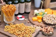 Bocados, cerveza y queso, nueces Fotografía de archivo libre de regalías