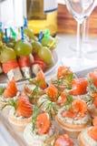 Bocados con los salmones y el queso para el vino fotos de archivo