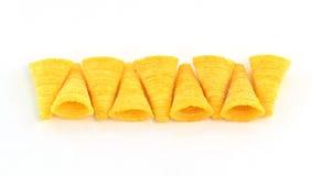 Bocados crujientes del maíz en un fondo blanco Fotografía de archivo libre de regalías
