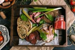 Bocados de la carne con la tostada y verduras en un restaurante foto de archivo libre de regalías