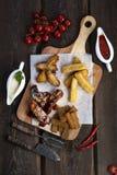 Bocados de la cerveza: alas de pollo, cuscurrones del centeno, queso frito fotografía de archivo libre de regalías