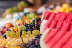 Bocados de la fruta en la tabla de banquete Fotos de archivo